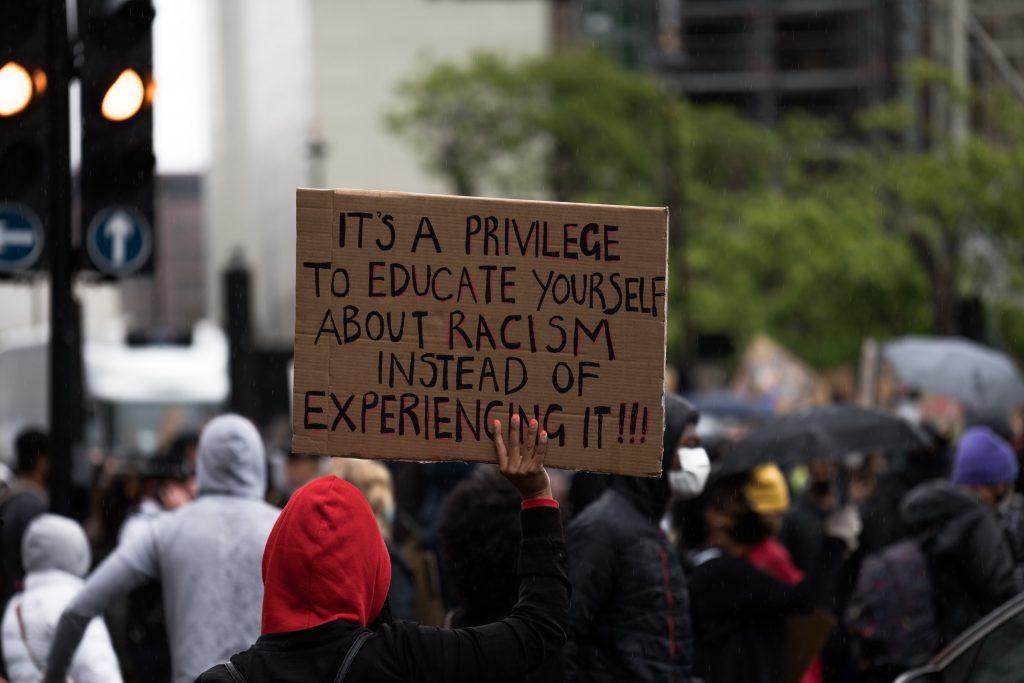 """""""C'est un priviliège d'apprendre ce qu'est le racisme au lieu de le vivre"""" par James Eades"""